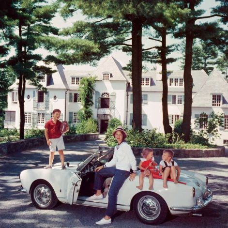 mrs-henry-cabot-jr-with-her-children-in-newport-1960